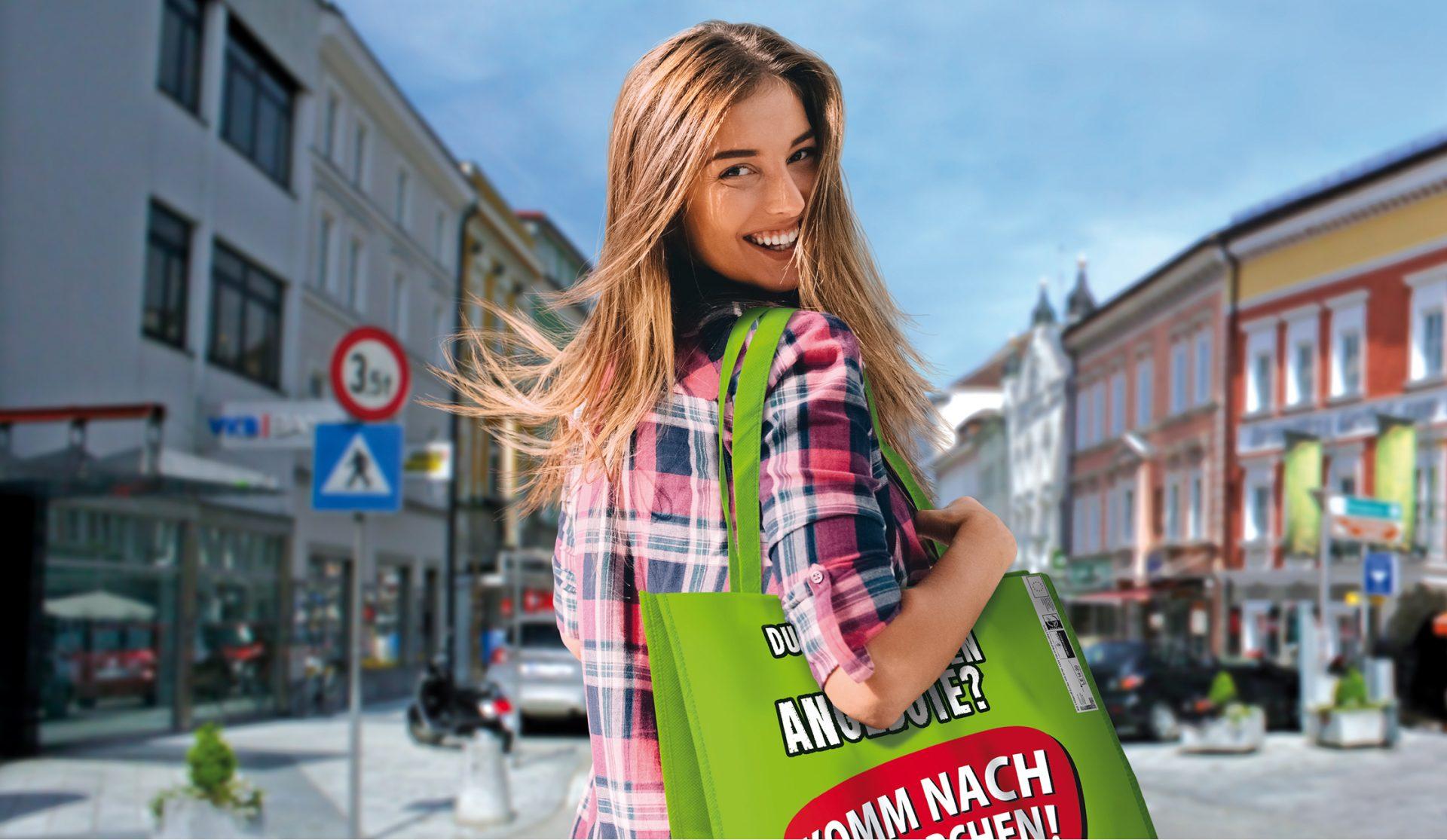 Frau mit Nahversorger Tasche in Grieskirchen